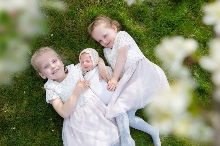 http://pixabay.com/photos/sisters-family-sister-toddler-4148914/