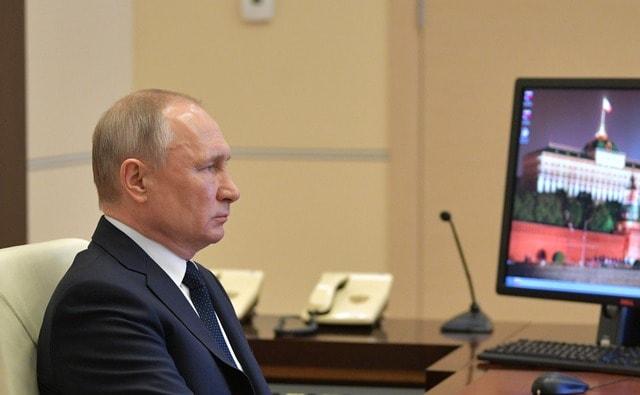 Владимир Путин во время обращения к гражданам
